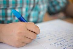 Jeune écriture de garçon Photographie stock libre de droits