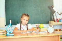 Jeune écriture de sourire de fille de petit enfant à l'école Éducation et Images stock