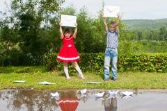 Jeune écriture heureuse de fille et de garçon Sourire dedans Photographie stock