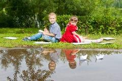 Jeune écriture heureuse de fille et de garçon Sourire dedans Images libres de droits