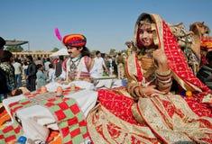 Jeune épouse indienne sur le festival célèbre de désert Photographie stock libre de droits