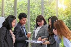 Jeune équipe architecturale au travail Document de visionnement d'employé de bureau image libre de droits