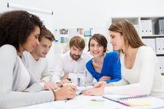Jeune équipe consacrée d'affaires lors d'une réunion Photo stock