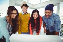 Jeune équipe créative ayant une réunion Photo stock