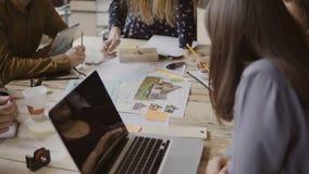 Jeune équipe créative d'affaires dans le bureau moderne Groupe de personnes multi-ethnique travaillant sur la conception architec Image libre de droits