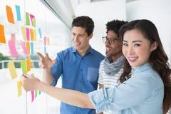 Jeune équipe créative faisant un brainstorm ensemble Images stock