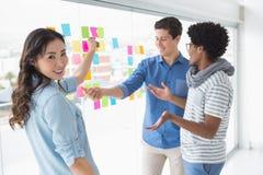 Jeune équipe créative faisant un brainstorm ensemble Photo stock