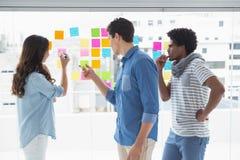 Jeune équipe créative faisant un brainstorm ensemble Image libre de droits