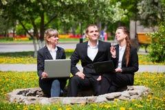 Jeune équipe d'affaires avec l'ordinateur portatif Image libre de droits