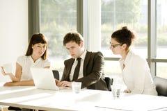 Jeune équipe d'affaires lors d'un contact Photos libres de droits