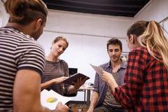 Jeune équipe d'affaires partageant de nouvelles idées Photographie stock libre de droits