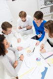 Jeune équipe d'affaires tenant une réunion Image stock
