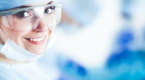 Jeune équipe de chirurgie dans la salle d'opération photos libres de droits