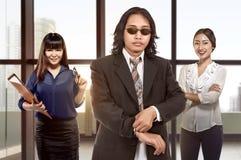 Jeune équipe de femme asiatique d'affaires se tenant derrière le patron Images libres de droits