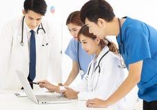 Jeune équipe médicale lors de la réunion dans le bureau photographie stock