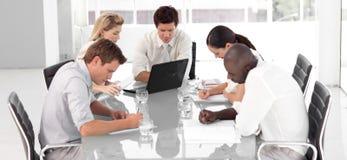 Jeune équipe multi d'affaires de Culutre