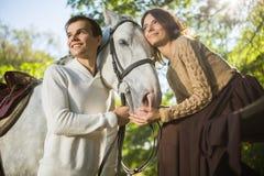 Jeune équitation de couples Image libre de droits