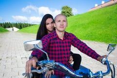 Jeune équitation de couples sur la moto de vintage Photo stock