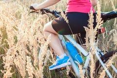 Jeune équitation de cycliste dans le domaine Images libres de droits