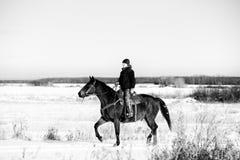 Jeune équitation de femelle adulte Photo libre de droits