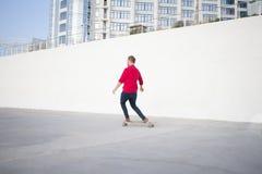 Jeune équitation de patineur pendant l'été Photos stock