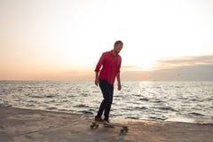 Jeune équitation de patineur pendant l'été Image libre de droits
