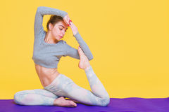 Jeune étirage de femme de yogini Photographie stock libre de droits
