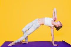 Jeune étirage de femme de yogini Image libre de droits