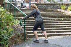 Jeune étirage femelle en parc avant d'aller pour une course photos libres de droits