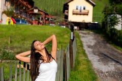 Jeune étirage heureux de femmes Photographie stock libre de droits
