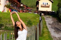 Jeune étirage heureux de femmes Photo libre de droits
