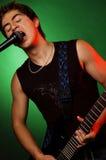 Jeune étoile chantant dans le microphone Images stock