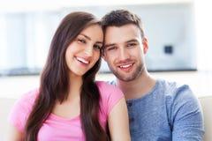 Jeune étreindre de couples Photo libre de droits
