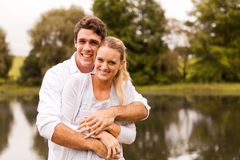 Jeune étreindre de couples Photo stock