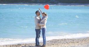 Jeune étreindre de couples Photos libres de droits