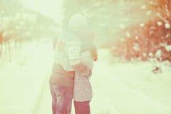 Jeune étreindre de couples extérieur en hiver Photos stock