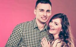 Jeune étreindre de sourire heureux de couples Amour Photos libres de droits