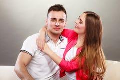 Jeune étreindre de sourire heureux de couples Amour Photographie stock libre de droits