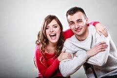 Jeune étreindre de sourire heureux de couples Amour Image libre de droits
