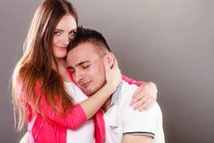 Jeune étreindre de sourire heureux de couples Amour Image stock