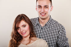 Jeune étreindre de sourire heureux de couples Amour Photos stock