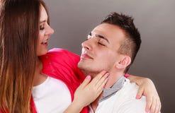 Jeune étreindre de sourire heureux de couples Amour Photo libre de droits