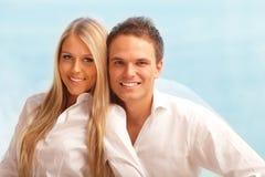 Jeune étreindre heureux de couples Image stock