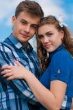 Jeune étreindre heureux de couples et ciel bleu Photo libre de droits