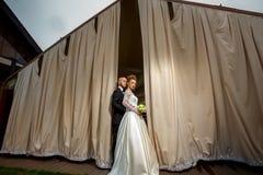 Jeune étreindre merried de charme de couples Photos libres de droits
