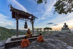 Jeune étude de moines de novice Image libre de droits