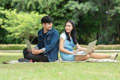 Jeune étudiant à l'aide de l'ordinateur portable ensemble Images stock