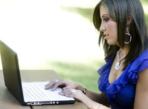 Jeune étudiant à l'aide de l'ordinateur portatif Photo libre de droits