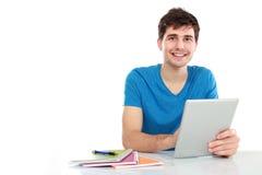 Jeune étudiant à l'aide du PC de tablette Image stock