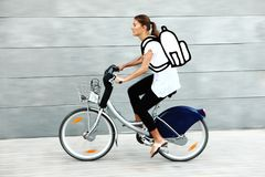 Jeune étudiant allant à l'université en vélo Images stock